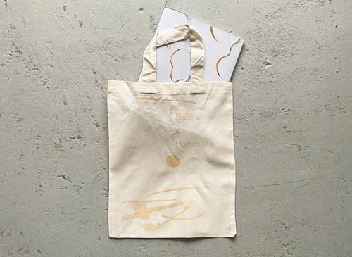 秋野ちひろ「本と金槌」bag [図録付]