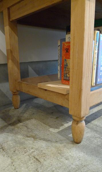 ろくろ脚のテーブル
